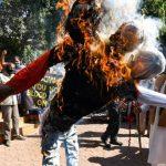 فاجعه گاز بوپال: اعتراض قربانیان به دادخواهی ، سوزاندن چهره مدیر عامل Dow Chemical - ویدئو اقتصادی تایمز